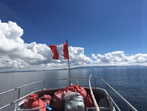 barco de camino a amantani lago titicaca
