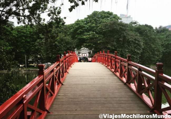 puente rojo lago Hoan Kiem de Hanoi, en Vietnam