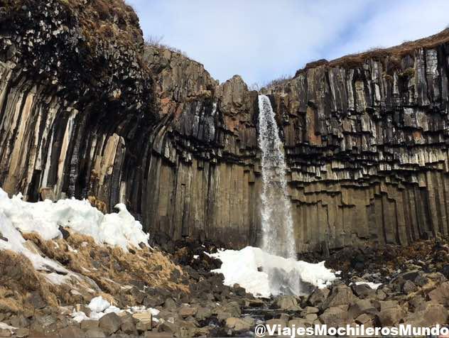 cascada negra svartifoss